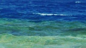 Die Linie, die Seewasser- Blau auf die Oberseite, unteres Azurblau trennt stock footage