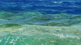 Die Linie, die Seewasser- Blau auf die Oberseite, unteres Azurblau trennt stock video