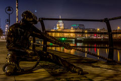 Die Linienrichterstatue in Liffey-Fluss in Dublin nachts, Irland am 20. Januar 2017 Stockfotos