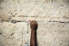 Herstellung eines Wunsches an der Klagemauer Lizenzfreies Stockfoto