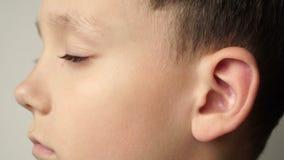 Die linke Seite des Kind-` s Gesichtes Das Ohr ist Nahaufnahme stock footage