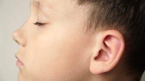 Die linke Seite des Kind-` s Gesichtes Das Ohr ist Nahaufnahme stock video footage