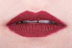 Die Lippen der Frau mit rotem glattem Lippenstift Stockfoto