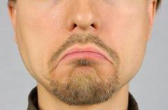 Die Lippen der Männer bringt unten in Verlegenheit, traurig, Nahaufnahme Stockfotografie