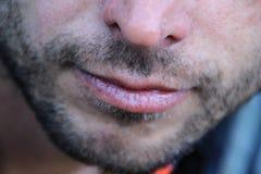 Die Lippen der schönen dünnen Männer und heller unrasierter Gesichtsabschluß stockfotos