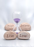 Die Live Sanduhr, die Liebe, Hoffnung und glauben Stockbilder