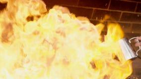 Die Livekohlen werden mit Feuerflüssigkeit vom Stahlpitcher gegossen stock video