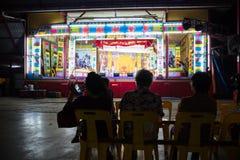 Die lokales Publikum Wartechinesische Opernleistung stockfotografie