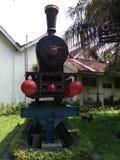 die Lokomotive der Stockfördermaschineneisenbahn in der Zuckerrohrfabrik von sondokoro Solo stockfotografie