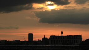 Die London-Skyline mit dem BT-Turm unter anderen Gebäuden stock video footage
