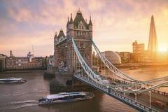 Die London-Turmbrücke bei Sonnenaufgang stockfotos