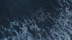 Die Luftgesamtlänge des ehrfürchtigen schwarzen Sandstrandes, schäumend bewegt auf Bali wellenartig stock footage