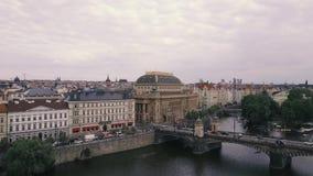 Die Luftvermessungs-Moldau-Fluss Prag-Gesamtlänge Spitze hinunter Ansicht Mala Strana-Brückenfliege stock video