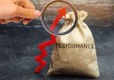 Die Lupe betrachtet die Tasche mit der Wort Leistung und dem hohen Pfeil Das Konzept des Verbesserns des Geschäfts lizenzfreie stockfotografie