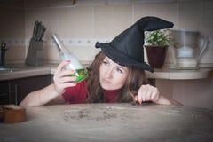 Die lustige Hexe bereitet sich vor stockbild