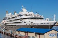 Die luxe-klasseyacht L'Austral auf einem Kai am englischen Damm, St Petersburg Stockbild