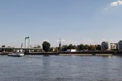 Die mà ¼ hlheimer Brücke und die der Rhein-Bank von mà ¼ hlheim, das vom Rhein-Anblick während des Besichtigungsbootes aufgepasst stockbild