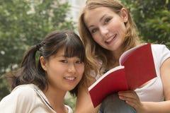 Die Mädchen, die lächeln und haben Spaß den im Freien stockfotografie