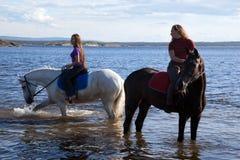 Die Mädchen führten die Pferde zu wässern Lizenzfreies Stockfoto
