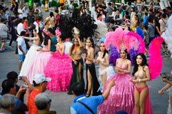 Die Mädchen gingen für eine Fotoaufnahme nach einer Leistung auf der Show 'Alcazar ', Pattaya, Thailand heraus lizenzfreies stockfoto