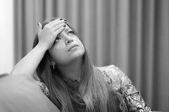 Die Mädchen ` s Kopfschmerzen Mädchen drückt ihren Kopf zusammen lizenzfreies stockfoto