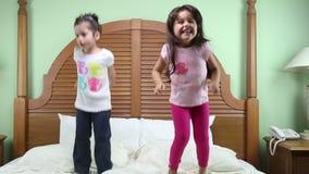Die Mädchen springend in das Bett stock video footage
