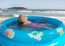 Die Mädchen Swims Lizenzfreies Stockfoto