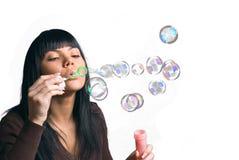 Die Mädchen- und Seifenluftblasen Stockfotografie