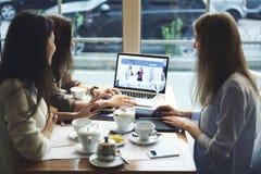 Die Mädchendesignerkleidung, die zusammenarbeitet, schloss an drahtlose suchende Informationen 5g über Reiseblogs an Lizenzfreie Stockfotos