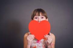 Die Mädchenfelle für Herz Stockfoto