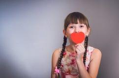 Die Mädchenfelle hinter Herzen Lizenzfreie Stockbilder