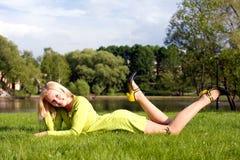 Die Mädchenlagen auf einem Gras Lizenzfreies Stockbild