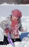 Die Mädchenspiele auf Schnee Lizenzfreies Stockbild