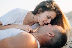 Die Mädchenversuche, zum des Kerls zu küssen Stockfotografie