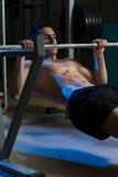 Die Männer, die zurück auf horizontalem Barbell trainieren, ziehen hoch Stockfotos