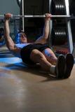 Die Männer, die zurück auf horizontalem Barbell trainieren, ziehen hoch Lizenzfreies Stockbild