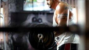 Die Männer im Verein herauf die schwere Ausrüstung für das Bodybuilden und ihn haben starke Hände stock video