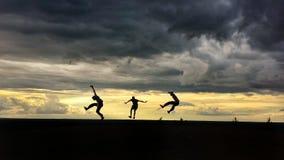 Die Männer springend in einer Luft Lizenzfreie Stockfotografie