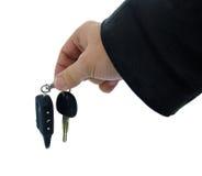 Die männliche Hand, die Autoschlüssel halten und das Warnungssystem bezaubern Stockbilder