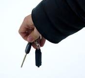 Die männliche Hand, die Autoschlüssel halten und das Warnungssystem bezaubern Lizenzfreie Stockfotografie