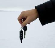 Die männliche Hand, die Autoschlüssel halten und das Warnungssystem bezaubern Lizenzfreies Stockfoto