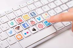 Die männliche Hand, die eine Social Media-Firmenzeichensammlung zeigt, druckte Lizenzfreies Stockbild