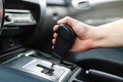 Die männliche Hand und die Schalter das Getriebe Lizenzfreie Stockbilder