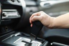 Die männliche Hand und die Schalter das Getriebe Lizenzfreies Stockfoto