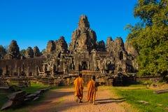 Die Mönche in den alten Steingesichtern von Bayon-Tempel stockbild