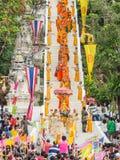 Die Mönche, die vom Berg gehen, übersteigen Tempel in Tak Bat Devo Festival Lizenzfreie Stockfotografie