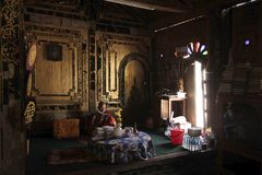 Die Mönche saßen das Buch ruhig, lesend lizenzfreie stockfotografie