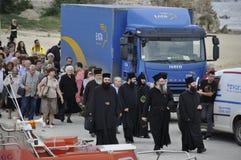 Die Mönche und Pilger, die zum Meer abfahren, bereisen zum Athos Stockfotografie