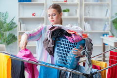 Die müde deprimierte Hausfrau, die Wäscherei tut Lizenzfreie Stockfotografie