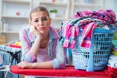 Die müde deprimierte Hausfrau, die Wäscherei tut Lizenzfreies Stockfoto